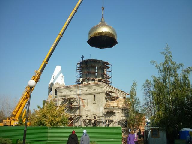 Золотое сияние куполов нового храма в Щербинке