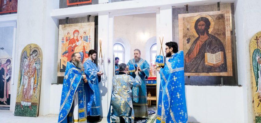 Епископ  Домодедовский  Иоанн  совершил  Божественную  Литургию  в  храме  в  честь  иконы  Божией  Матери  «Всецарица»