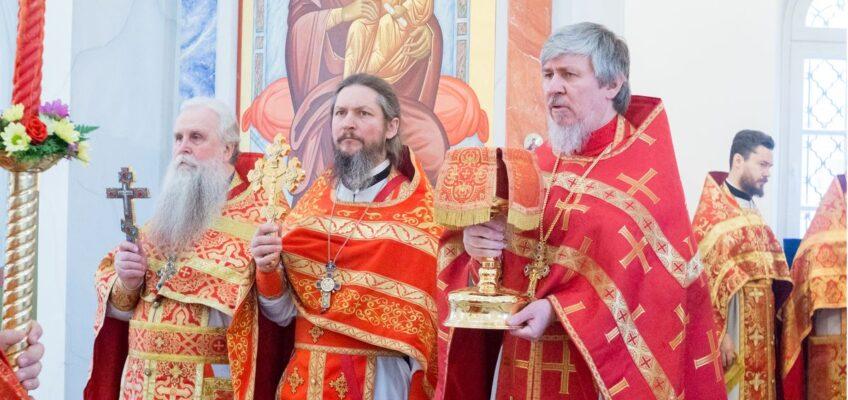 Соборное служение духовенства на Светлой Седмице